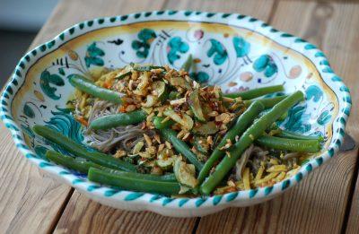 Sobanudeln-mit-grünen-Bohnen-und-Zucchini-Mandel-Krusteln-13-web