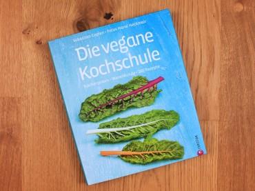 """""""Die vegane Kochschule – Küchenpraxis · Warenkunde · 200 Rezepte"""" von Sebastian Copien"""