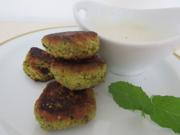 Vegane Falafelbällchen mit Soja-Minz-Joghurtdip