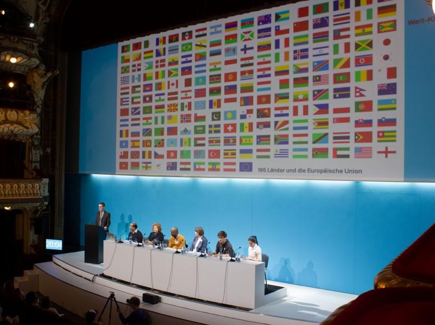 """Fürs Klima (ver)handeln. Das SPIELART Festival bringt Rimini Protokolls """"Welt-Klimakonferenz"""" nach München"""