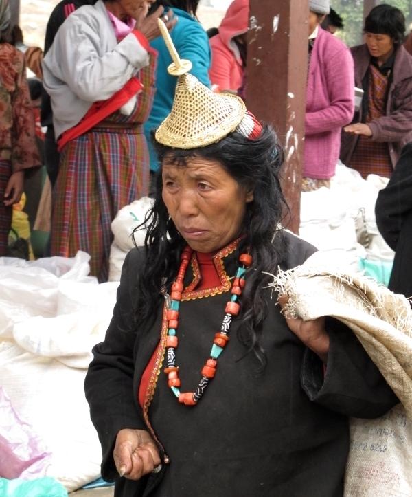Solche traditionell gekleidete Frauen aus dem Volk der Laya sieht man nicht oft. Foto: Dorsi