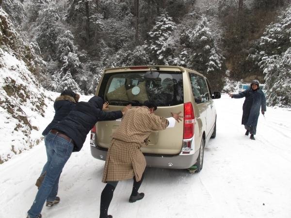 Ein Abenteuer: Der Dochula Pass beim 1. Schneefall. Foto: Doris