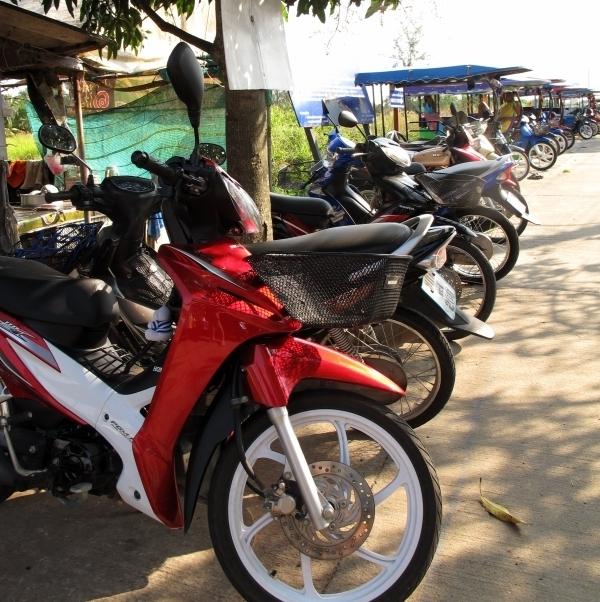 Motorräder und TukTuks begrüßen schon bei der Ankunft auf der Insel. Foto: Doris