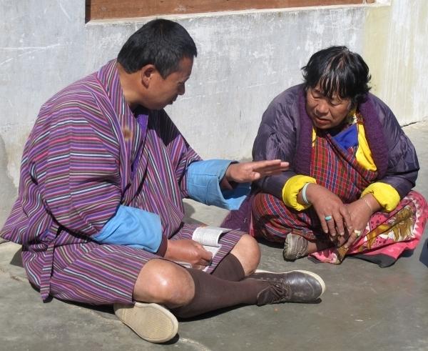 Männer in Gho, Frauen in der Kira - das kommt im Alltag meist nur bei Älteren vor. Foto: Doris