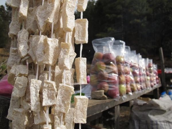Der Yak-Käse wird selbst produziert und ist angeblich so hart, dass ihn AusländerInnen kaum kauen können. Foto: Doris