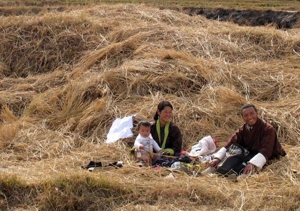 """Zufriedene glückliche Familien auf dem Land, ist das das """"echte Bhutan""""? Foto: Doris"""
