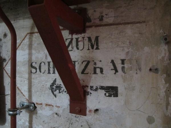Alte Schilder und Beschriftungen in den Kellner geben Zeugnis alter Zeit. Foto: Doris