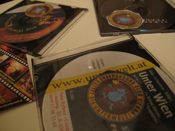 """Bücher, CDs, die Website - Peter informiert gern über """"seine"""" Unterwelt. Foto: Doris"""