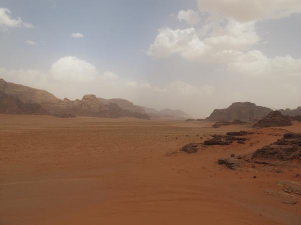 Heute gab es einmal keinen blauen Himmel. Beeindruckend ist Wadi Rum dennoch. Foto: Doris