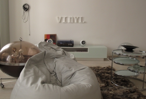 Beat sammelt Platten - und überhaupt erinnert alles in der Wohnung an Musik. Foto: Doris