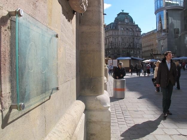 Daran geht bald einmal jemand vorbei, am O5 Symbol am Stephansdom. Foto: Doris