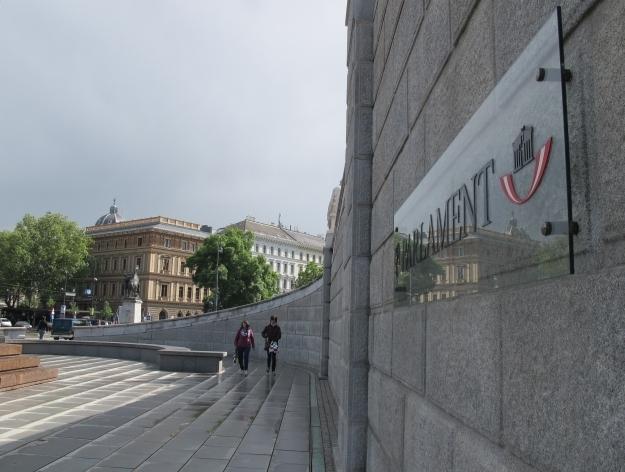 Der QR Code sollte auf der Wand des Parlaments angebracht werden. Foto: Doris