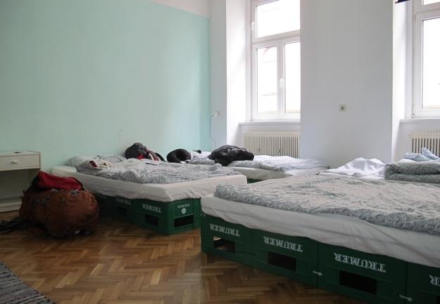 """Im Pop_Inn 111 schläft man auf Bierkisten statt in """"normalen""""Betten. Foto: Doris"""