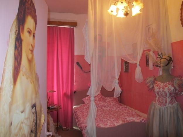 Sisi-Zimmer: Ein bisschen Verarschung, ein bisschen Nostalgie, viel Wien. Foto: Doris Schlafen in der Ausstellung, dem Sisi-Zimmer: Ein bisschen Verarschung, ein bisschen Nostalgie, viel Wien. Foto: Doris