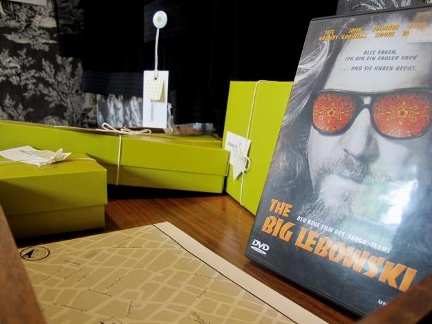DVDs, ein Stadtplan sowie passende Kleidungsstücke (zum Probieren und späteren Kaufen) liegen in der Schneiderin auf. Foto: Doris