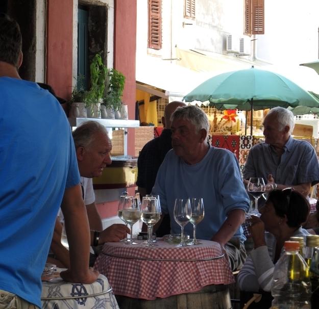"""Das tun """"Locals"""": Sich Mittags in der Vinothek treffen, plaudern und die Zeit genießen. Foto: Doris"""