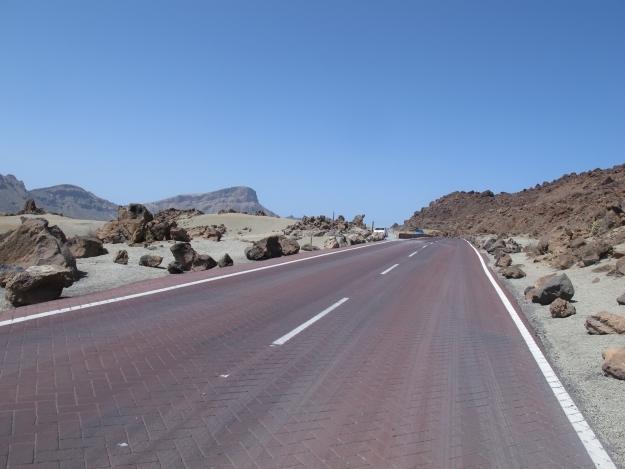 Die Straßen führen - ja, genau, zu den Vulkanen. Foto: Doris