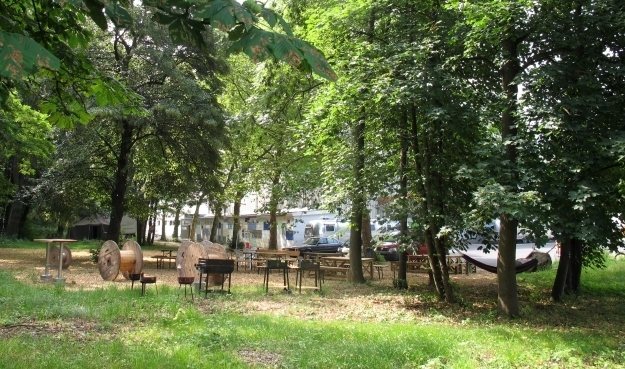 Ein Abenteuerspielplatz ist das BaseCamp auch draußen. Außerdem können die Wohnwägen auchfür Events z.B. dorthin gefahren werden. Foto: Doris