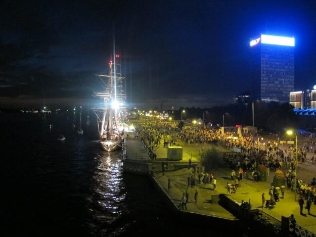 Bei Nacht und bei Tage haben sich die Letten gern am Hafen beim Tall Ships Race getummelt. Foto: Doris