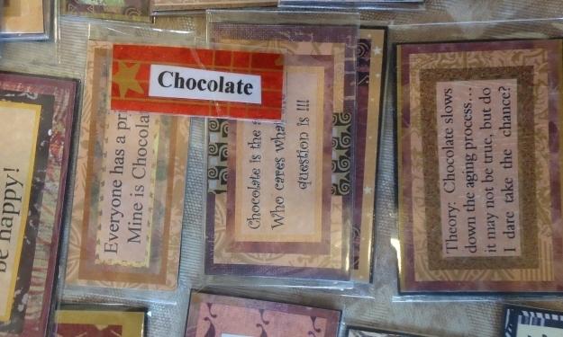 Es gibt nicht nur Essen (wie Schokolade), sondern auch Sprüche und vieles mehr auf dem Farmers Market. Foto: Doris