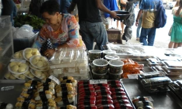 Auf meinem Stammmarkt in Hilo gab es günstiges Obst und kleine Snacks. Foto: Doris