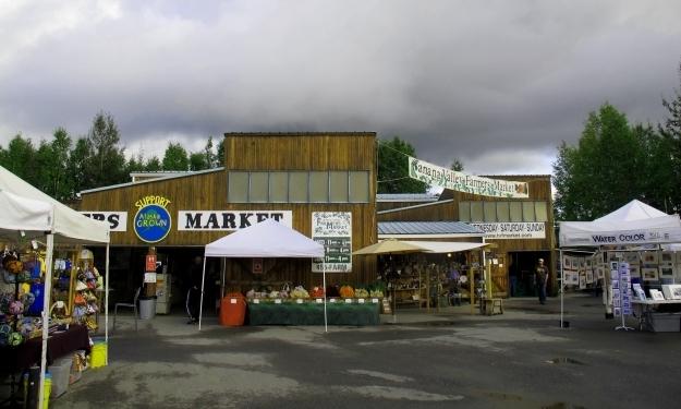Am Bauernmarkt wird selbst ein Regentag bunt. Foto: Doris