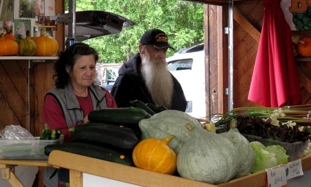 MarketenderInnen bieten ihre Waren feil. Foto: Doris