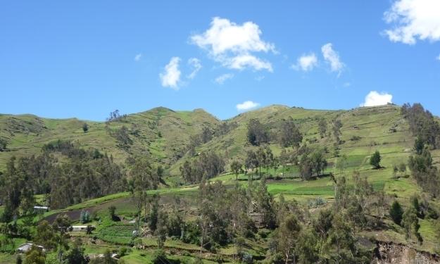 Die Region Chimborazo in Ecuador, viel Grün und dazwischen ein paar Häuser des Dorfs. Foto: Doris