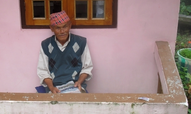Großvater beim Lesen. Foto: Doris