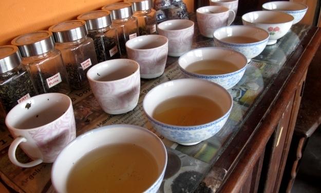 Tee in allen Varianten wird in Makaibari produziert. Foto: Doris