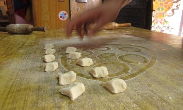 2 Finger-breite Stücke werden zu mittelgroßen Momos. Foto: Doris