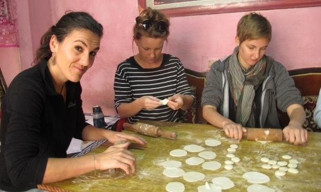 Kochschülerinnen bei der Arbeit. Foto: Doris