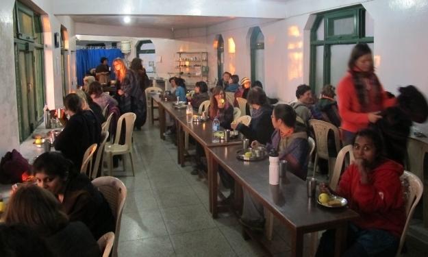 Das Essen in der Halle läuft ebenfalls schweigend ab. Foto: Doris