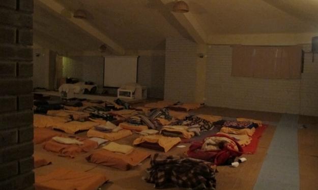 Zehn Stunden sitzen wir zehn Tage lang hier in der Dhamma-Halle. Foto: Doris