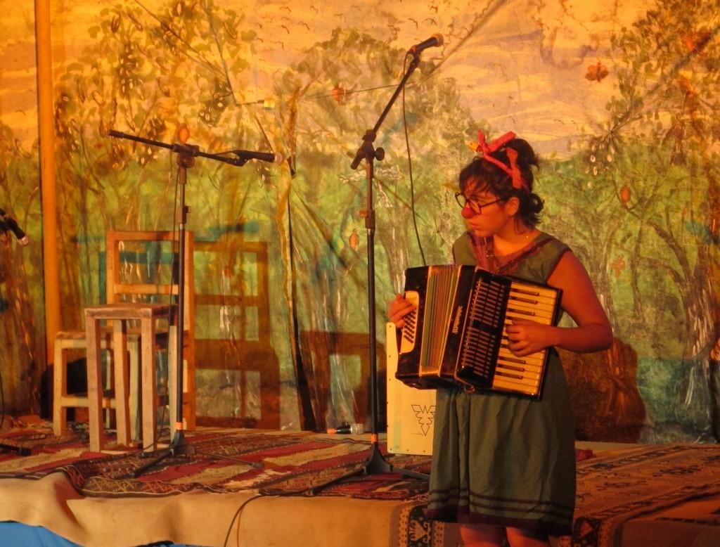Eine Chilenin spielt Clown - und Akkordeon. Beides gut. Foto: Doris