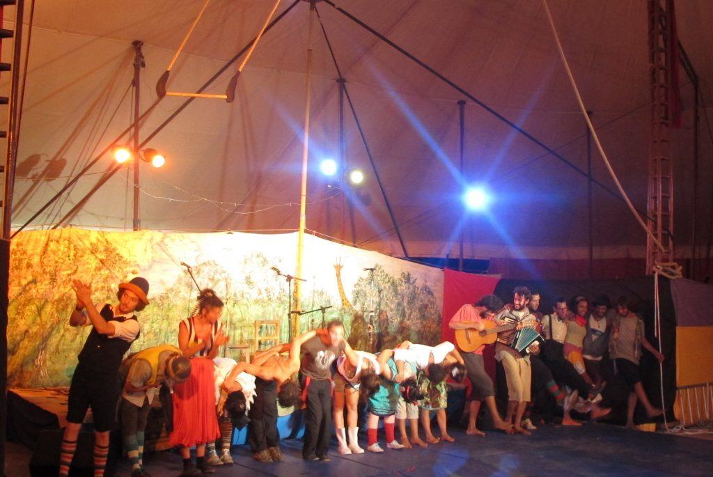 Die Bühne quillt über: Jeder ist ein Künstler! Foto: Doris