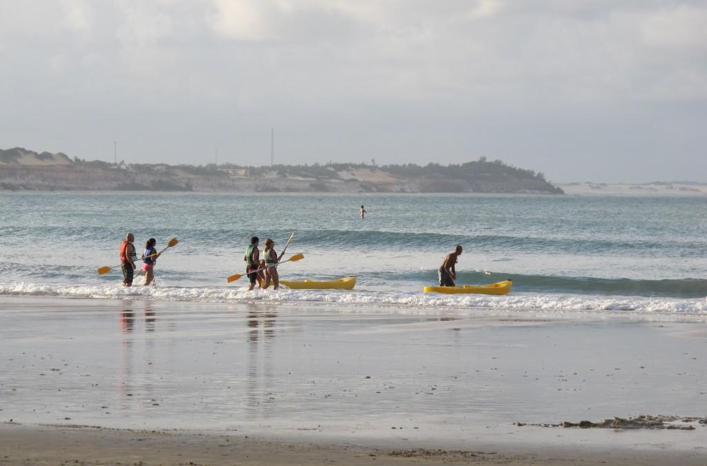 Rausfahren mit dem (Paddel)Boot, um näher an die Delfine ranzukommen?! Angeblich nicht notwendig… mh.. Foto: Doris