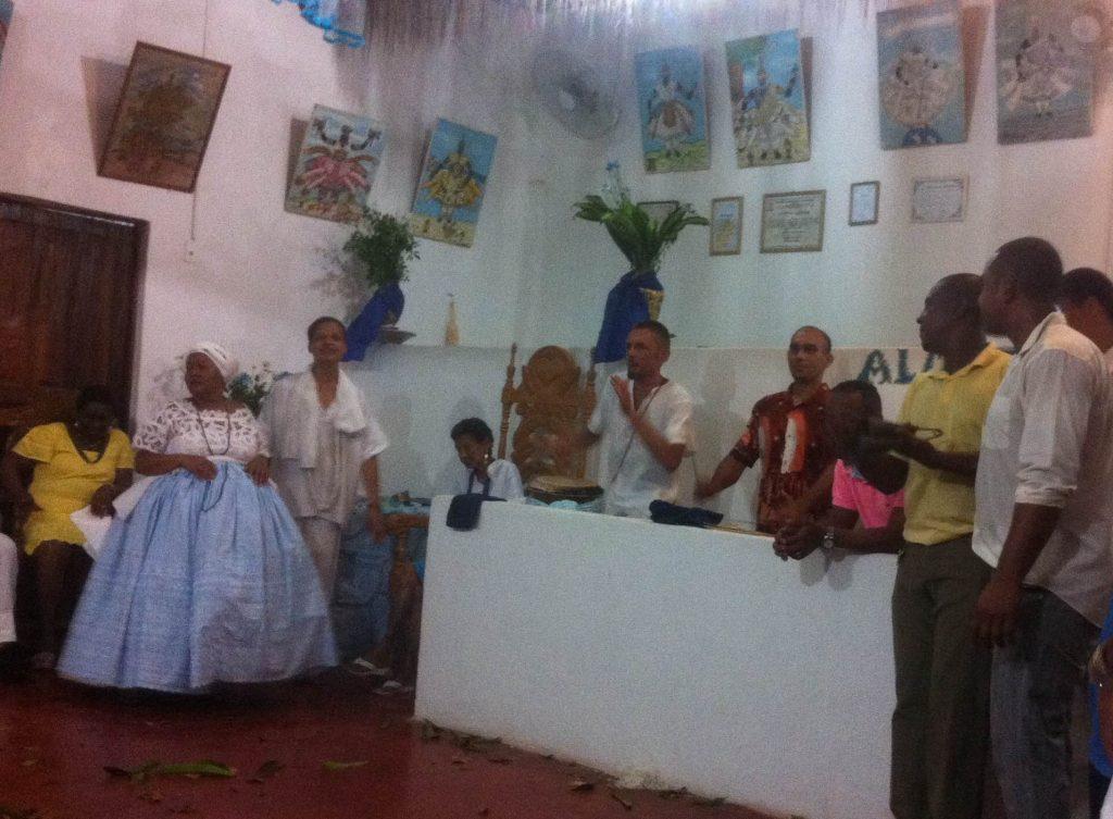 Abwechselnd trommeln die Mitglieder der Alambe den Rhythmus vor. Foto: Doris